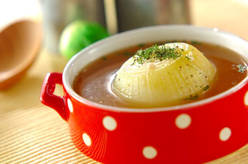 赤い器に入った玉ねぎまるごとスープ