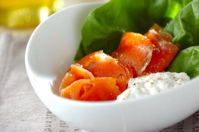白いお皿に盛られたヨーグルトとサーモンのサラダ