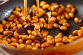 大豆とシイタケの炒め物の作り方2