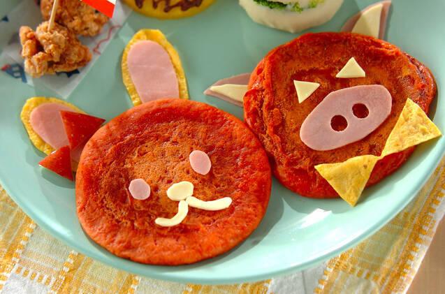 トマトを入れて動物アートにしたかわいいパンケーキ