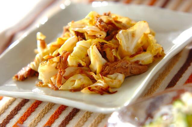白い四角い皿に盛られた、キャベツのツナマヨ炒め