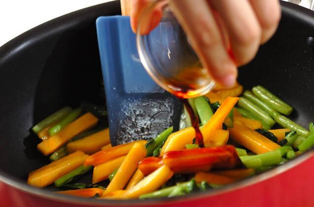カブの葉と柿のきんぴらの作り方の手順3
