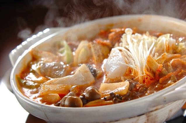 土鍋に入った魚のキムチ鍋
