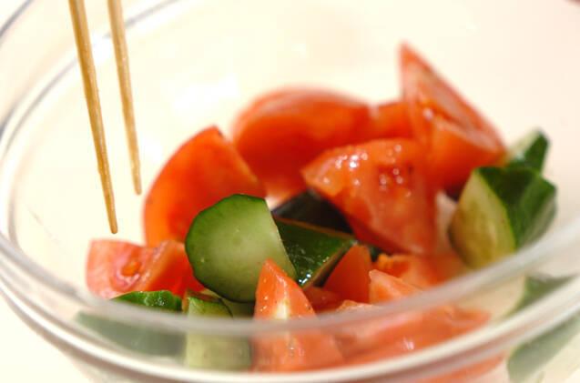キュウリとトマトのサラダの作り方の手順2