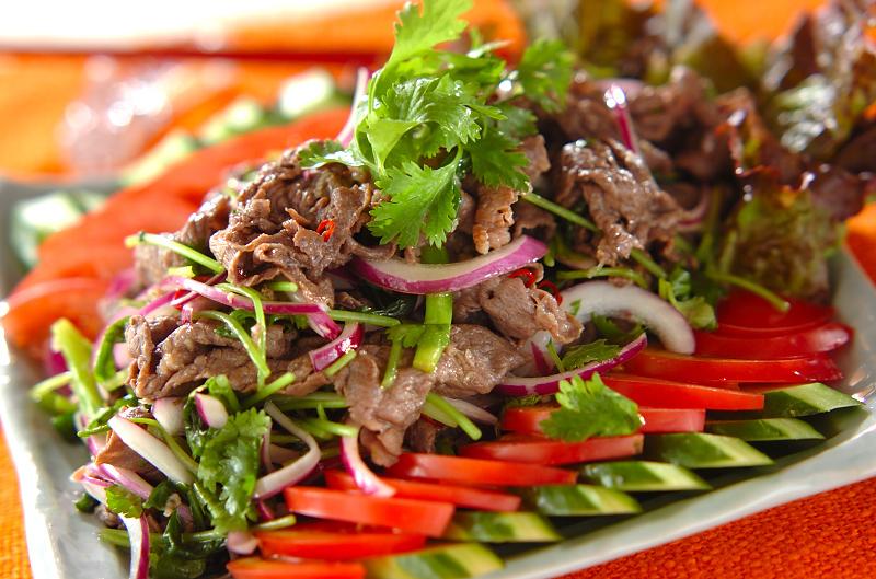 牛肉とトマトときゅうりと紫たまねぎのサラダとパクチー