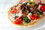 トマトと生ハムのサラダピザ