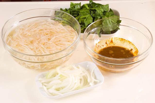 モヤシのカレー風味和えの作り方の手順1