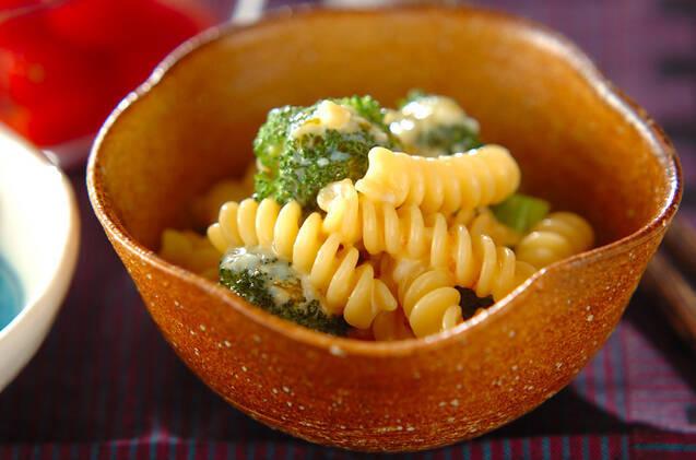 茶色い和小鉢に盛られた、ブロッコリーの和風マカロニサラダ