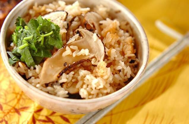茶碗に盛られた松茸ご飯