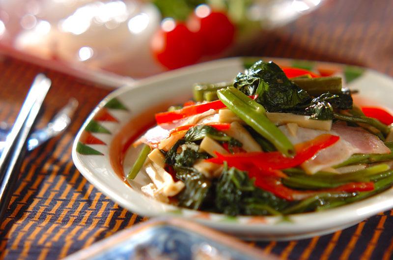 アジアンテイストな皿に鮮やかな炒め物が盛られている