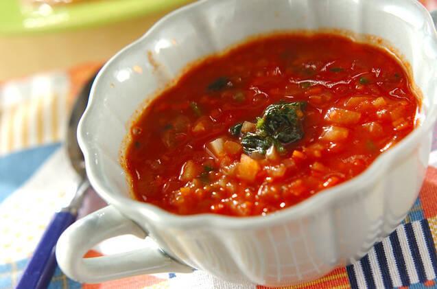 小さく刻んだ野菜がたっぷり入ったトマトスープ