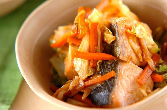 薄いベージュの器に盛られた、キャベツと鮭の味噌煮