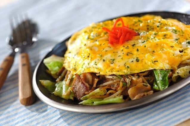 焼きそば&卵のレシピ15選!のせるだけでおいしくなる魔法♪の画像