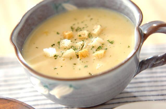 マグカップに盛られたカリフラワー入りコーンスープ