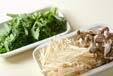 青菜とキノコの炒め物の下準備1