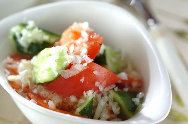 白い器に盛られたきゅうりとトマトのサラダ