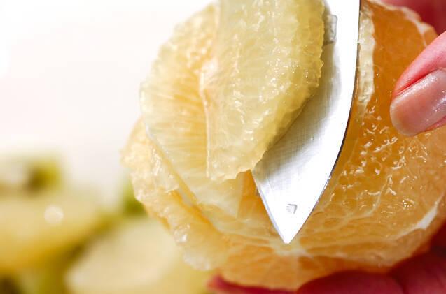 グレープフルーツに包丁を入れているところ