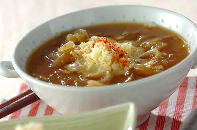 白い器に入ったオニオンスープ