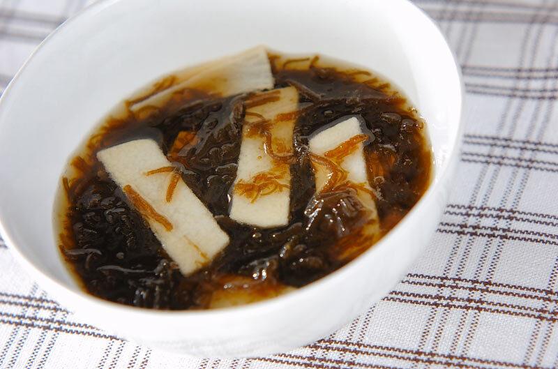 白い器に盛られたもずく黒酢