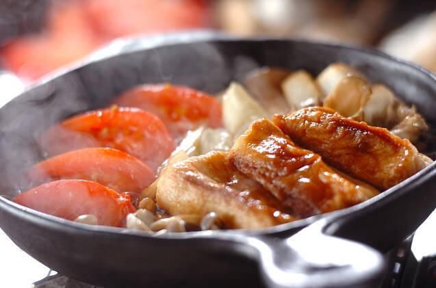 黒い鍋に入ったトマトすき焼き
