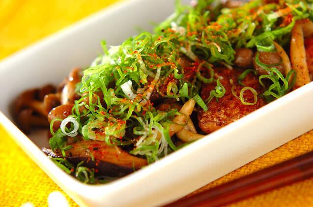 青ネギを散らした、鮭ときのこのマヨネーズ・しょうゆ炒めの白い皿
