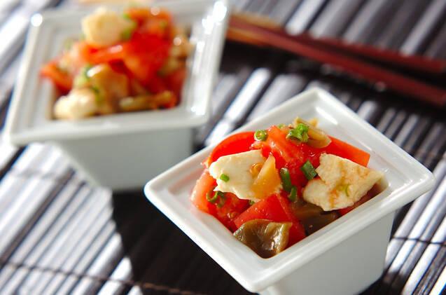 小鉢に盛られたトマトとモッツァレラのザーサイ和え