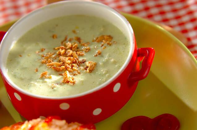 赤いマグカップに盛られたアボカドコーンスープ