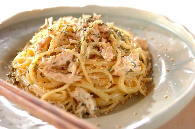 白いお皿に盛られた大葉とささ身のマヨパスタ