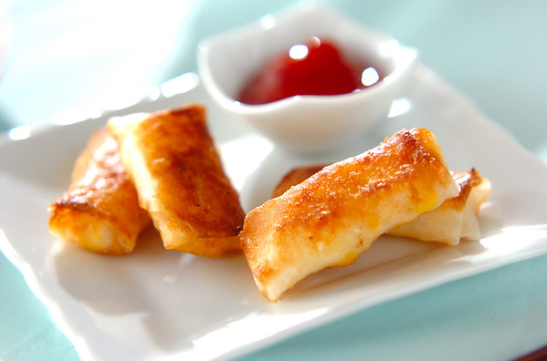 白いお皿に盛られたコーンとチーズの春巻き