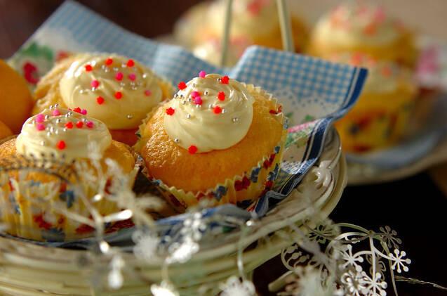 レモンクリームがトッピングされた小ぶりなカップケーキ