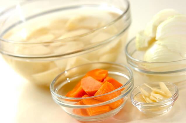 ジャガとソーセージの煮物の作り方の手順1