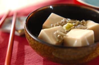 ジュンサイ添えゴマ豆腐