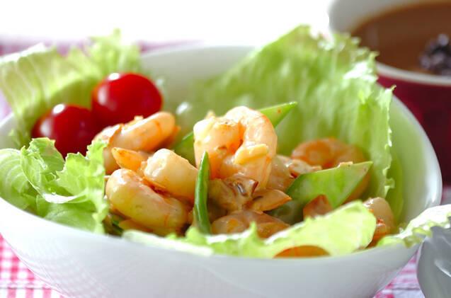 白い器に盛り付けたエビとナッツのサラダ