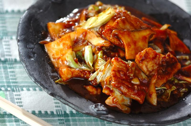 黒いお皿に盛り付けた豚肉とエリンギの中華味噌炒め