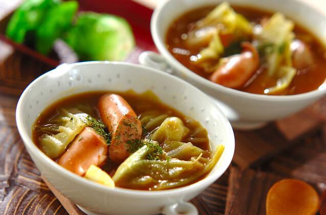 白いスープカップに盛られた、春キャベツとウインナーのカレースープ