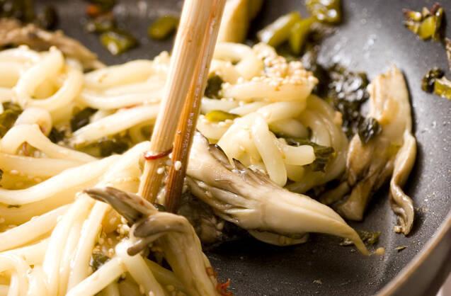 高菜マイタケ焼きうどんの作り方の手順3