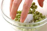 エンドウ豆の卵とじの下準備1