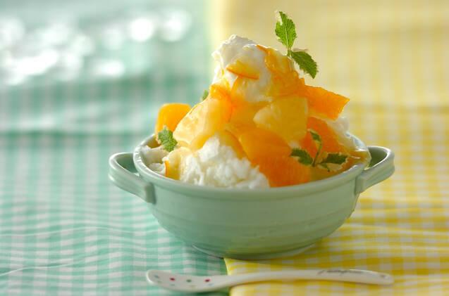 ミントやフルーツがのったオレンジのかき氷
