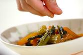 野沢菜と柿の炒め物の作り方2