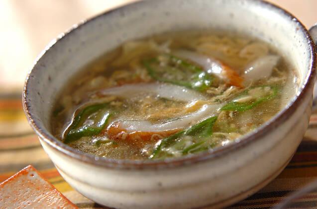 卵とかまぼことネギが入った中華スープ