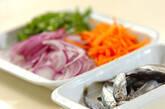 美味しい彩り!豆アジとせん切り野菜の南蛮漬けの下準備2