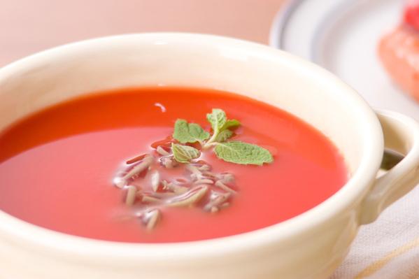 白の器に盛られた簡単冷製トマトスープ