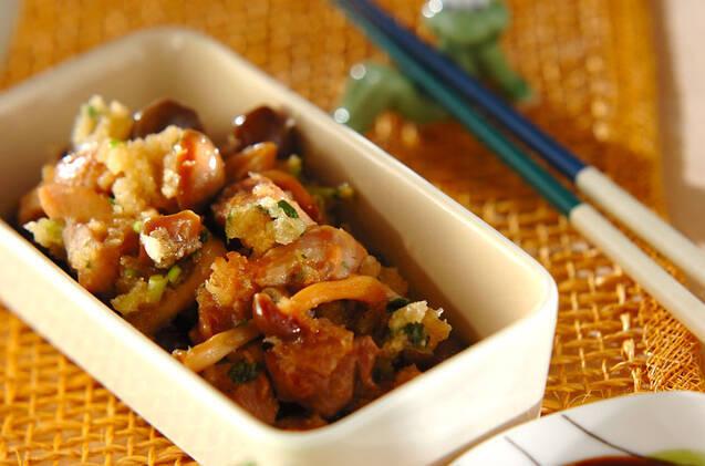 甘辛く煮た鶏肉ときのこに、みじん切りにしたネギと大根おろしを和えたひと品