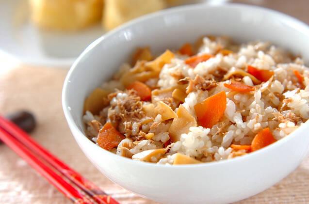 白い和食器に盛られたツナ入りたけのこご飯
