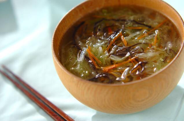 千切りのキャベツ、ニンジン、きくらげのスープが入ったお椀
