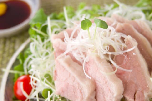 野菜の上にのった豚ロースのゆで豚