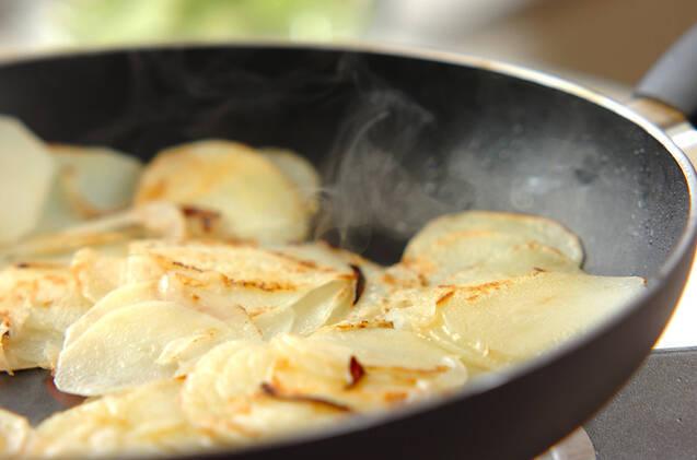 フライパンでジャガイモのピザの作り方の手順4