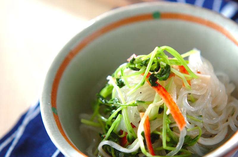 小鉢に入った春雨の梅風味サラダ