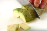 アボカドとベーコンのマヨ炒めの下準備1