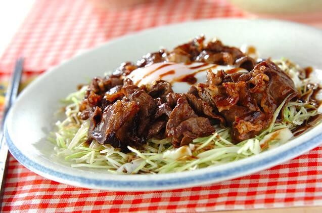 白いお皿にのった牛肉とキャベツの料理